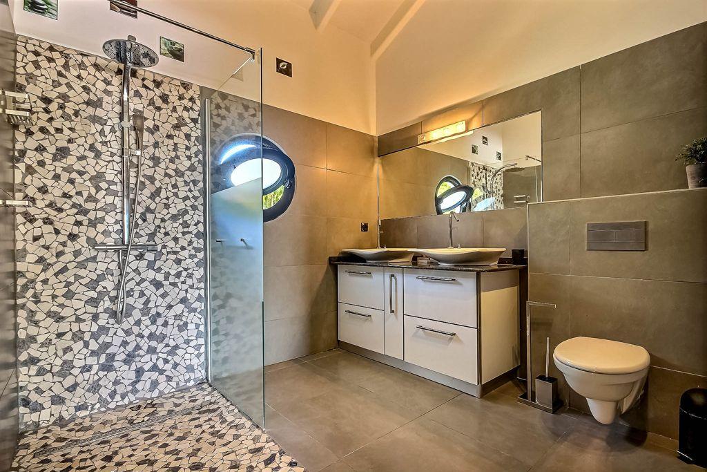 Salle de bain, villa Cactus, location saisonnière en Martinique