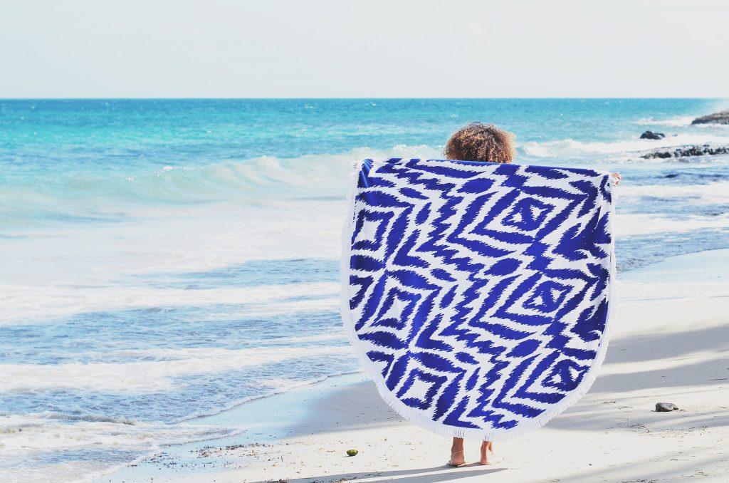 un indispensable à a plage, la serviette ronde